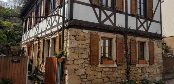 Schönes Fachwerkhaus mit gelbem Sandstein, typisch für Haardt und Gimmeldingen.