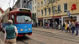 Freiburg Bertoldstraße mit Straßenbahn Linie 5.