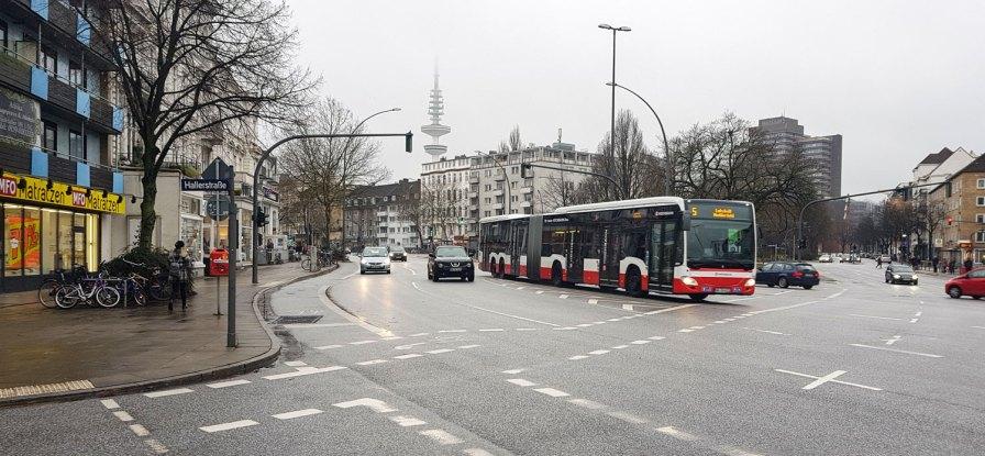 Der Bus fährt die Grindelallee hoch.