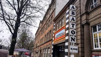 Abaton Kino Metrobus der Linie 5.