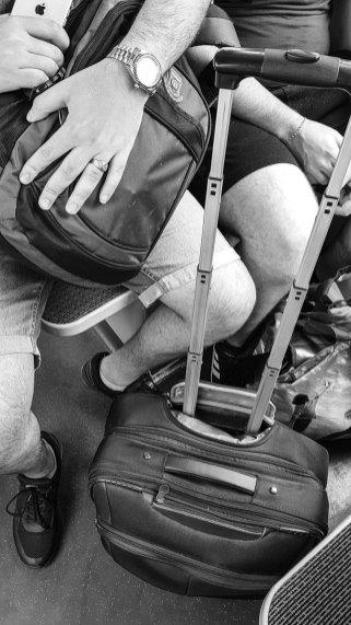 Koffer und Taschen vor sich hinstellen.