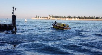 Der Notfallarzt kommt mit dem Boot, im Hintergrund die Friedhofsinsel San Michele.