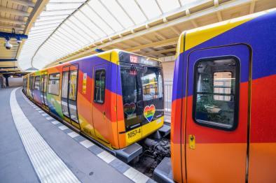 Regenbogenbahn auf der U2. Foto: BVG