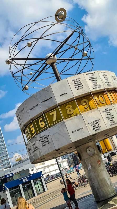 Weltzeituhr: ein umgebautes Trabigetriebe sorgt dafür, dass sie sich dreht.