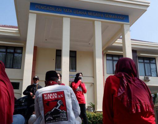 Warga Wadas mengawal jalannya persidangan dan menunggu di halaman Pengadilan Tata Usaha Negara (PTUN) Semarang [BP2M/Adam].
