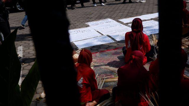 Wadon Wadas melakukan aksi menganyam besek (bambu) di halaman PTUN Semarang [BP2M/Adam].