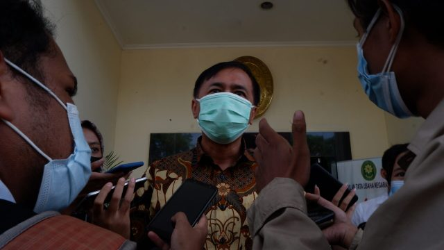 Perwakilan Pemerintah Provinsi Jawa Tengah memberikan keterangan kepada wartawan pasca sidang selesai sekitar pukul 12.53 WIB [BP2M/Adam].
