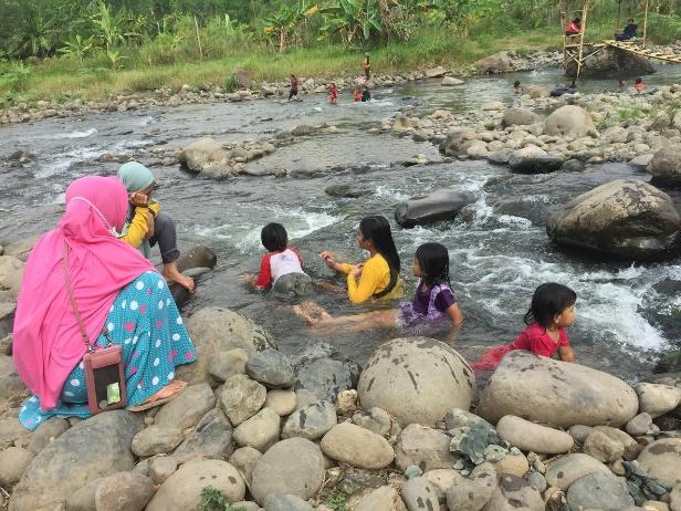 Aktivitas pengunjung yang sedang bermain air bersama keluarga. [BP2M/Hasnah]