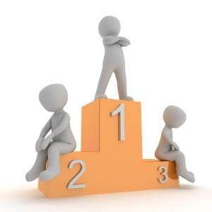Beitragsbild zum Beitrag Körperhaltungen und Wohlbefinden: 3 Männchen auf Siegerpodest