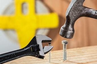 Eigentlich, Beitragsbild; Schraube und Hammer, Nagel und Schraubschlüssel