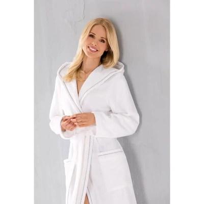 dame in witte badjas van katoen