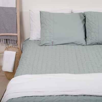 dekbedhoes in de kleur groen op rustige slaapkamer