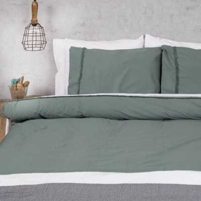 dekbedhoes groen en wit op vintage slaapkamer