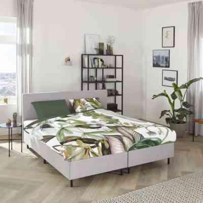 bed in slaapkamer met natuur dessin dekbedovertrek