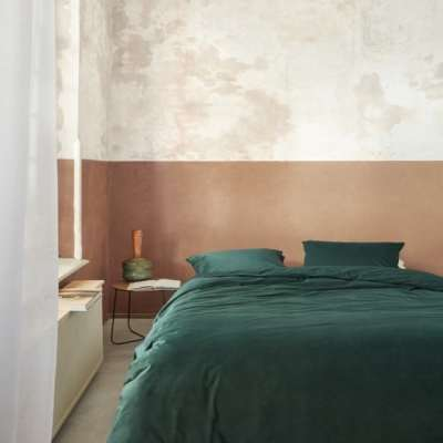 slaapkamer met groen fluwelen dekbedset