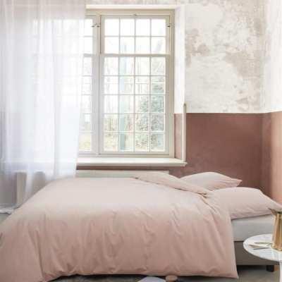 slaapkamer met nude fluwelen dekbedset