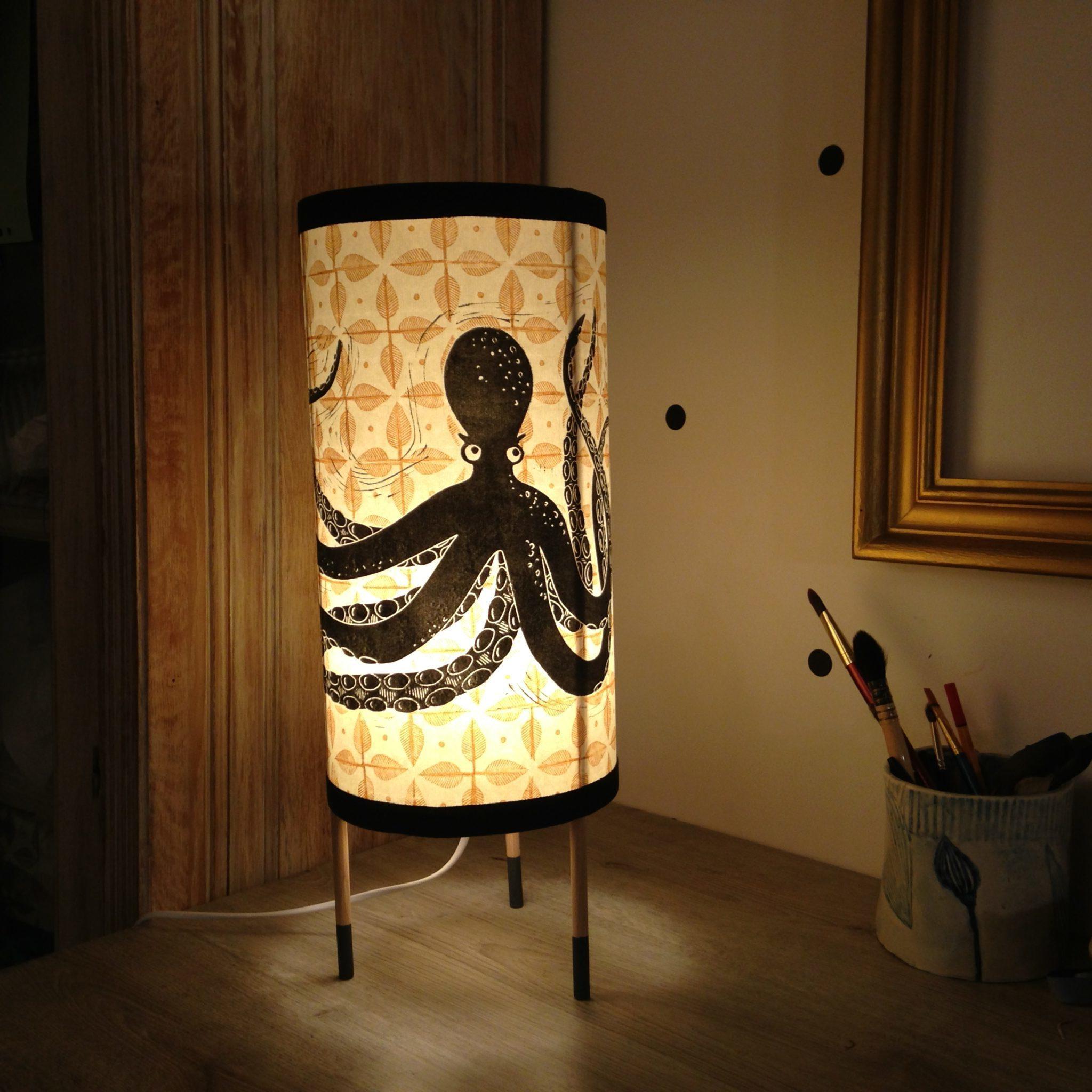 LinoLino | Linogravure et créations à partir d'impressions artisanales | Chambéry, France | Lampes | Lampe à poser grand modèle, Poulpe sur azulejos feuilles
