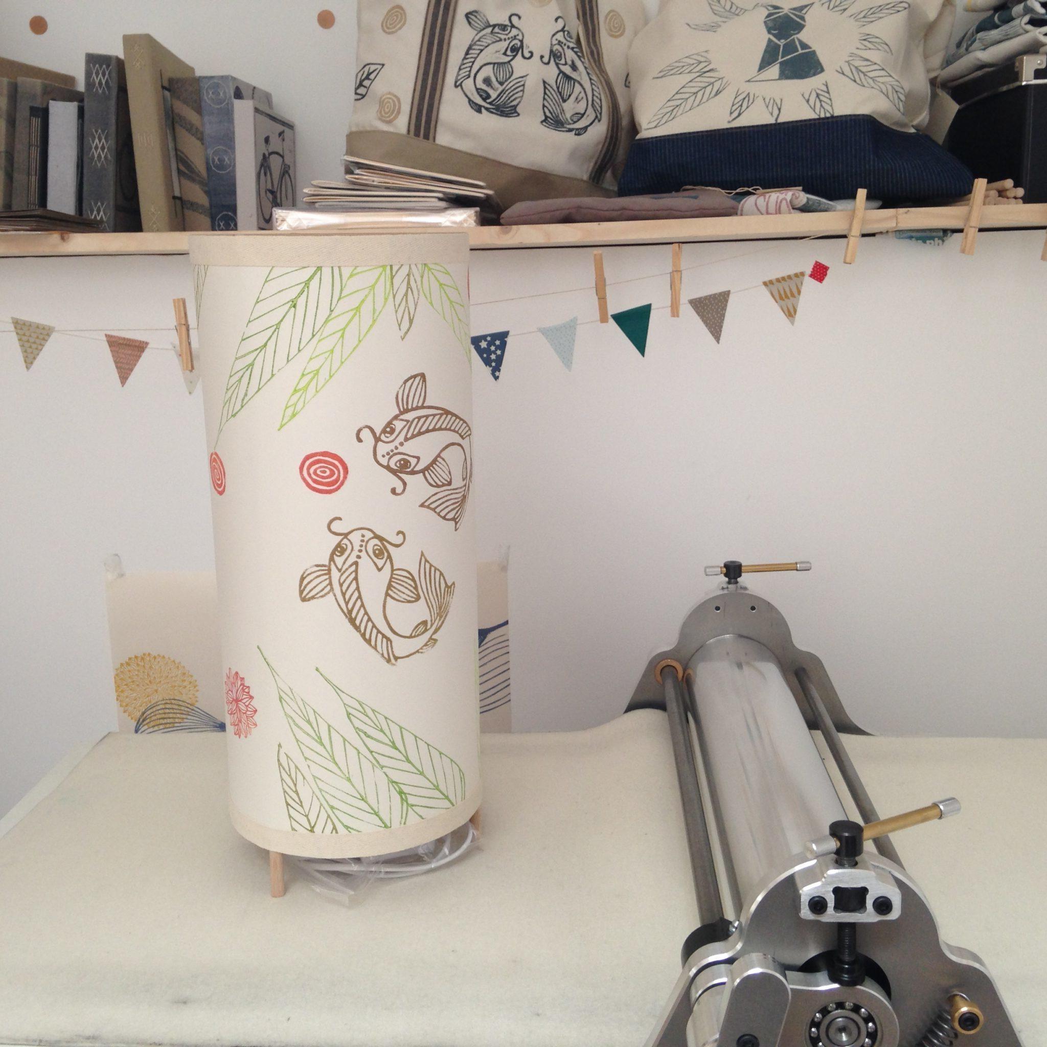 LinoLino | Linogravure et créations à partir d'impressions artisanales | Chambéry, France | Lampes | Lampe à poser grand modèle, Etang japonais