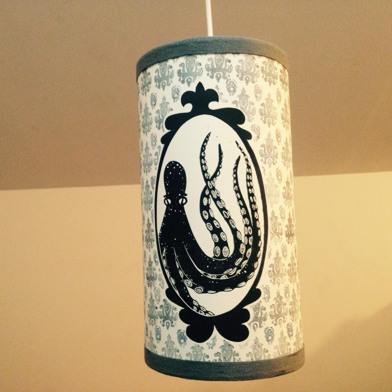 LinoLino | Linogravure et créations à partir d'impressions artisanales | Chambéry, France | Lampe suspension abat jour poulpe vieille tapisserie