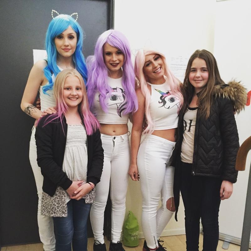 Saga fick mysa med tjejerna - Dollystyle