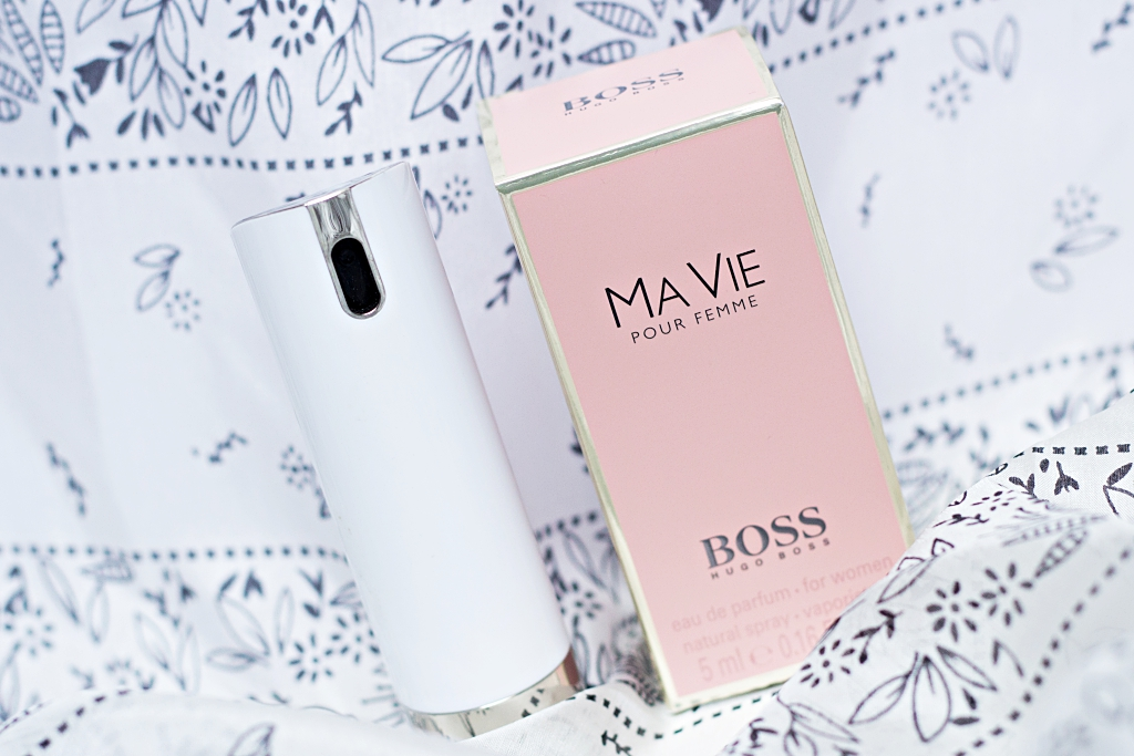 6 Beauty-Produkte, die in meiner Tasche sind. Mascara, Concealer, Deo, Parfüm, Highlighter, Lippenstift