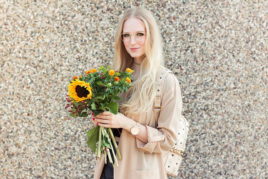 rucksack, mcm, na-kd, mantel, herbst, sonnenblumen, lederrock, brille, rayban, blogger, modebloggerin