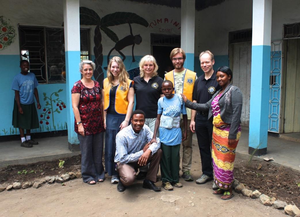 Übergabe der Orthese im Faraja Diacomic Center am Kilimanjaro in Tansania