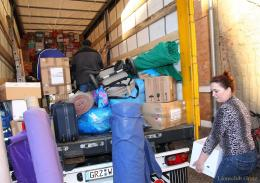 Fleißige Helfer beladen Lastzüge für Hilfstransport nach Brest