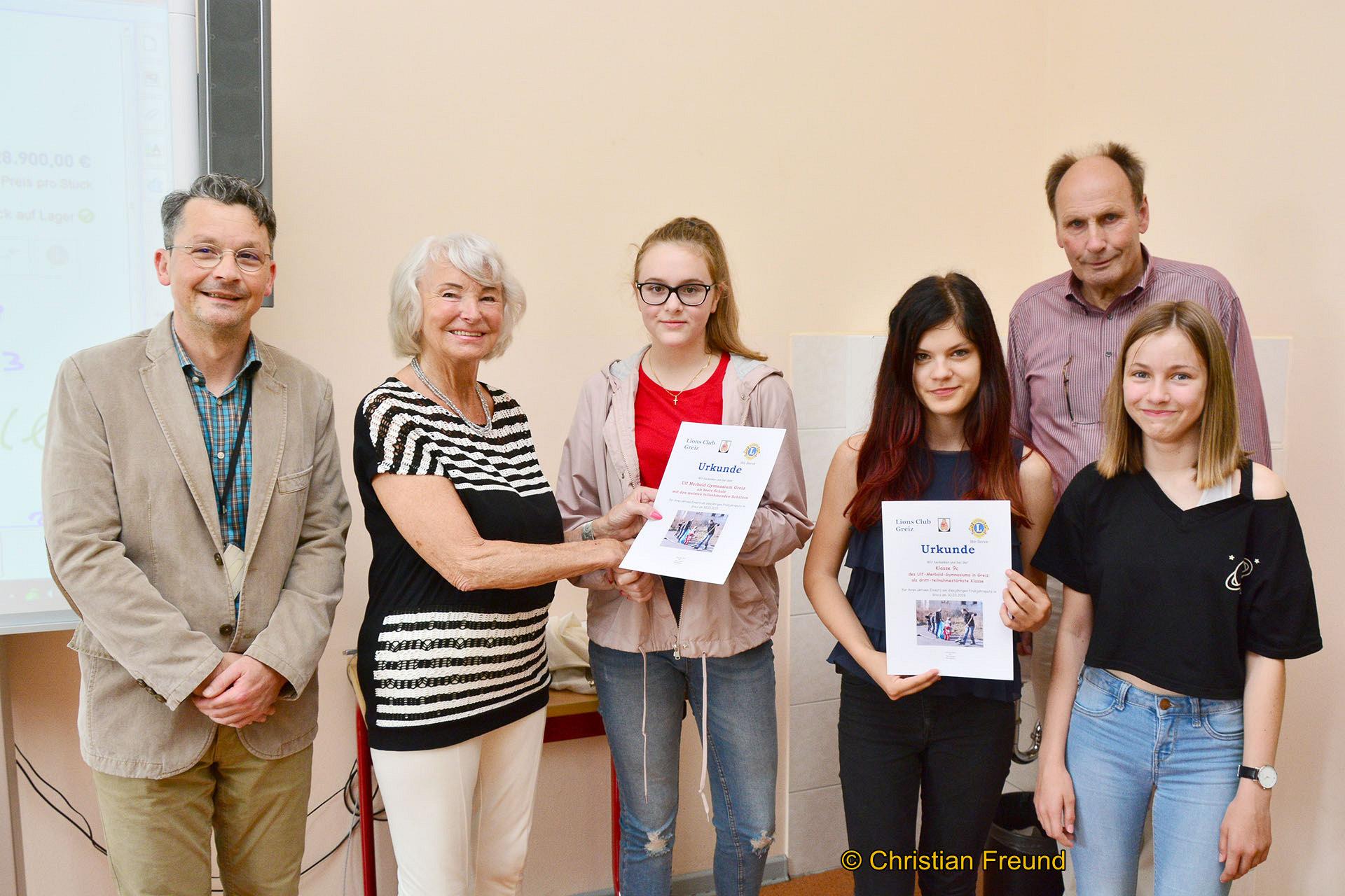 Die Klasse 9c bekam 15 Euro. Der Oberstufenleiter Michael Kirbach (links) freute sich über die Prämie für die Schule als eine der besten Teilnehmer am Frühjahrsputz 100 euro