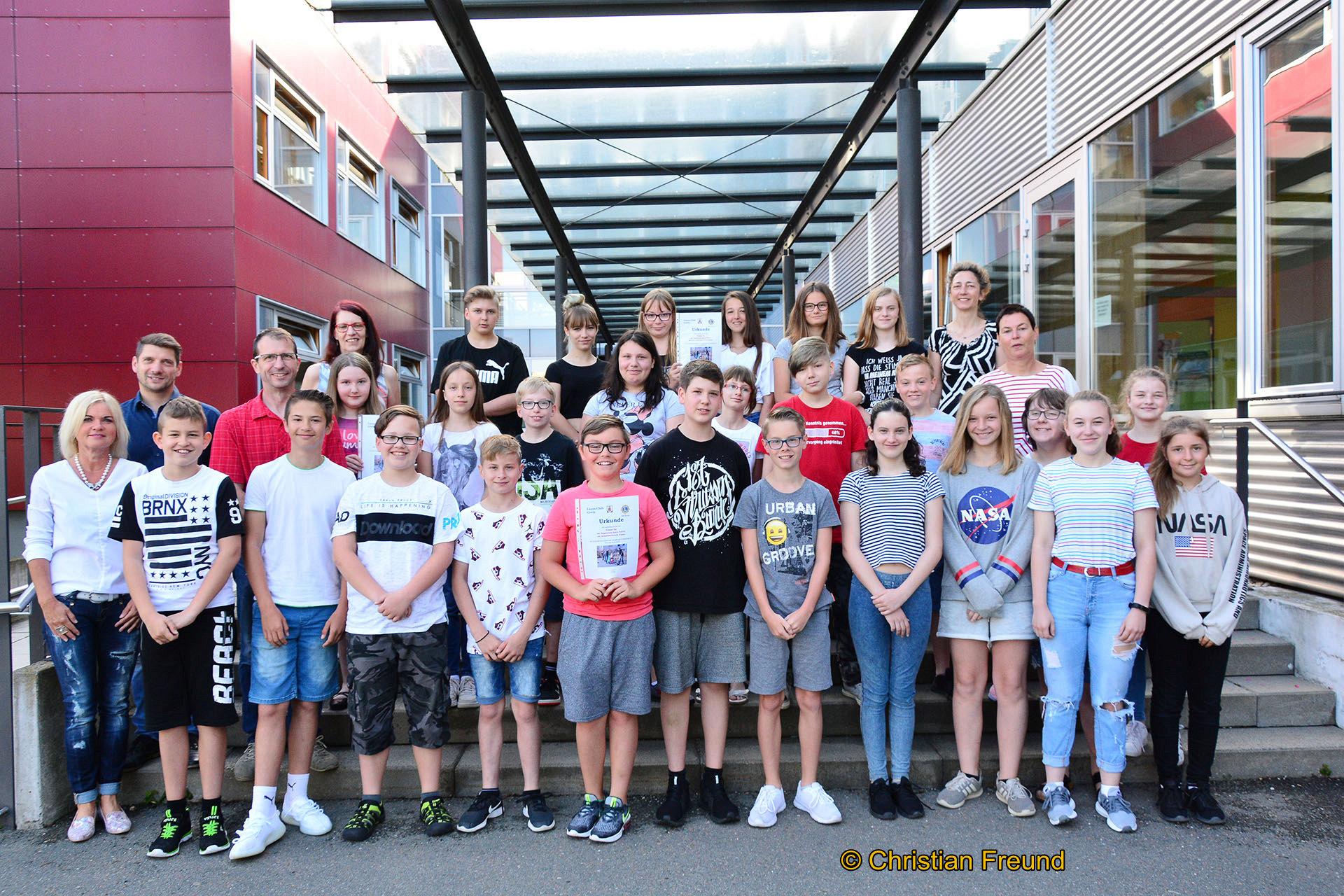 Gemeinschaftsbild von der Auszeichnung der Pohlitzer Regelschüler durch den Lionsclub Greiz