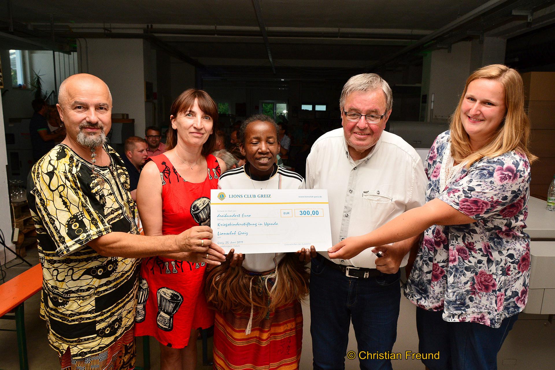 Eine Spende in Höhe von 300 Euro übergab der Präsident des Greizer Lions Club, Peter Kniebel (4.von links), an Sandra Steiner (5. von links), die sich im Rahmen einer Stiftung um Kriegskinder in Uganda kümmert im Beisein von Silvia Namukasa (3.von links) aus Uganda, Annett und Michael Rischer.