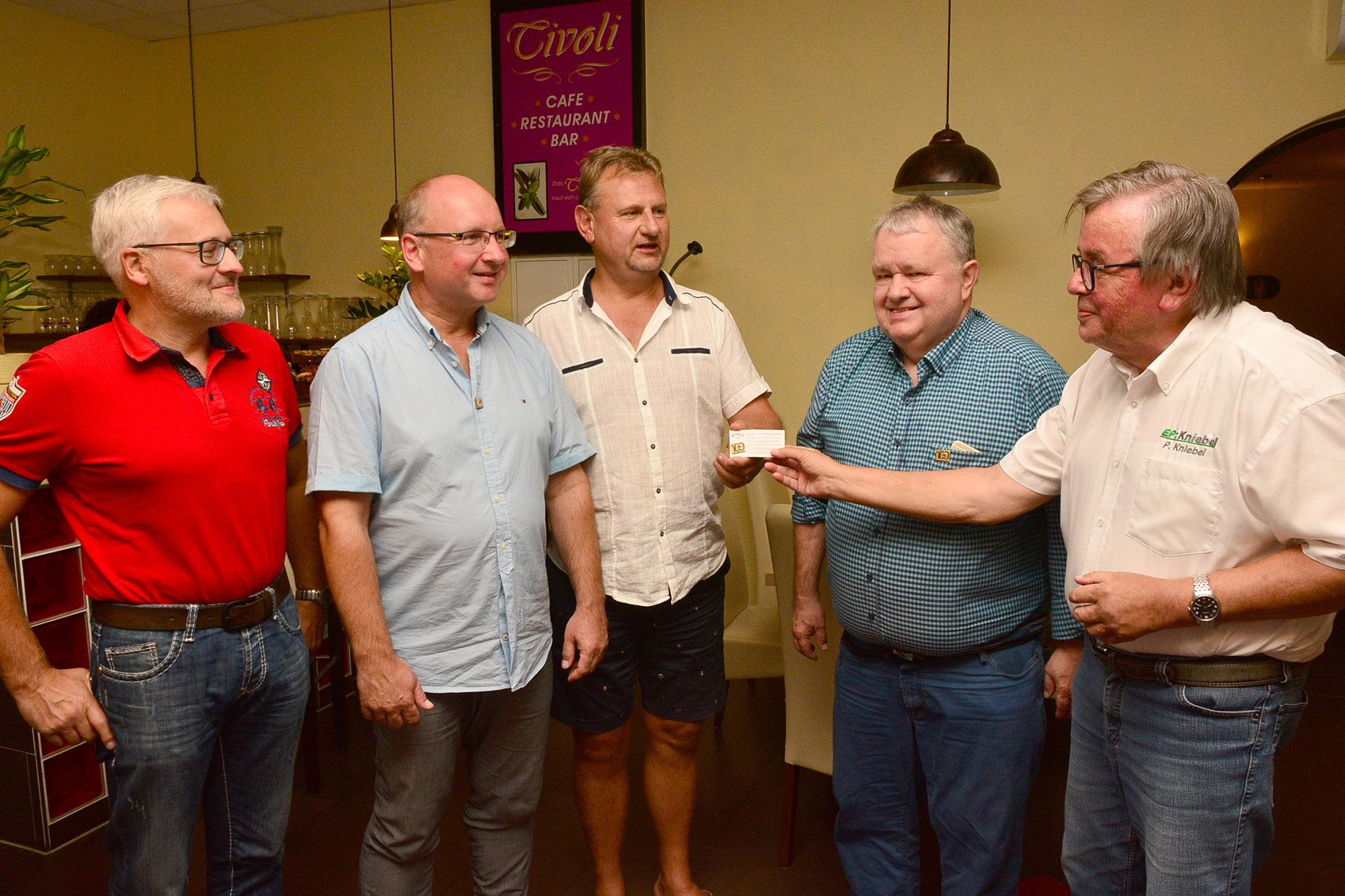 Präsident Peter Kniebel (rechts) gratuliert (von links) Andy Schlange, der in die Reihen des Lions Club aufgenommen wurde. Thomas Stein, Sven Heisig und Wilhelm Wüstner erhielten die diamantene Anstecknadel überreicht.