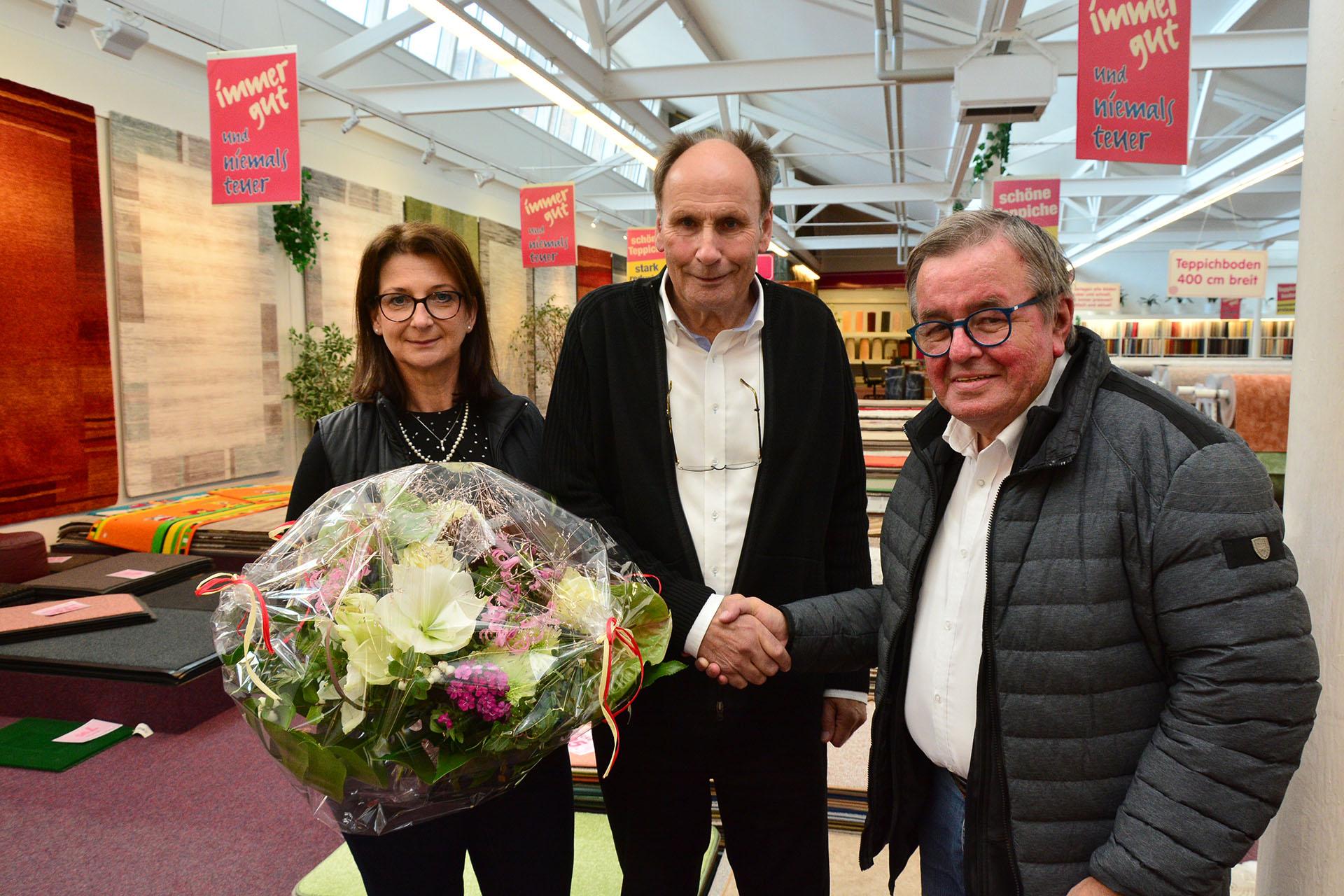 Lions- Präsident Peter Kniebel (rechts) gratuliert Josef Bolwerk mit Frau Jeannette.