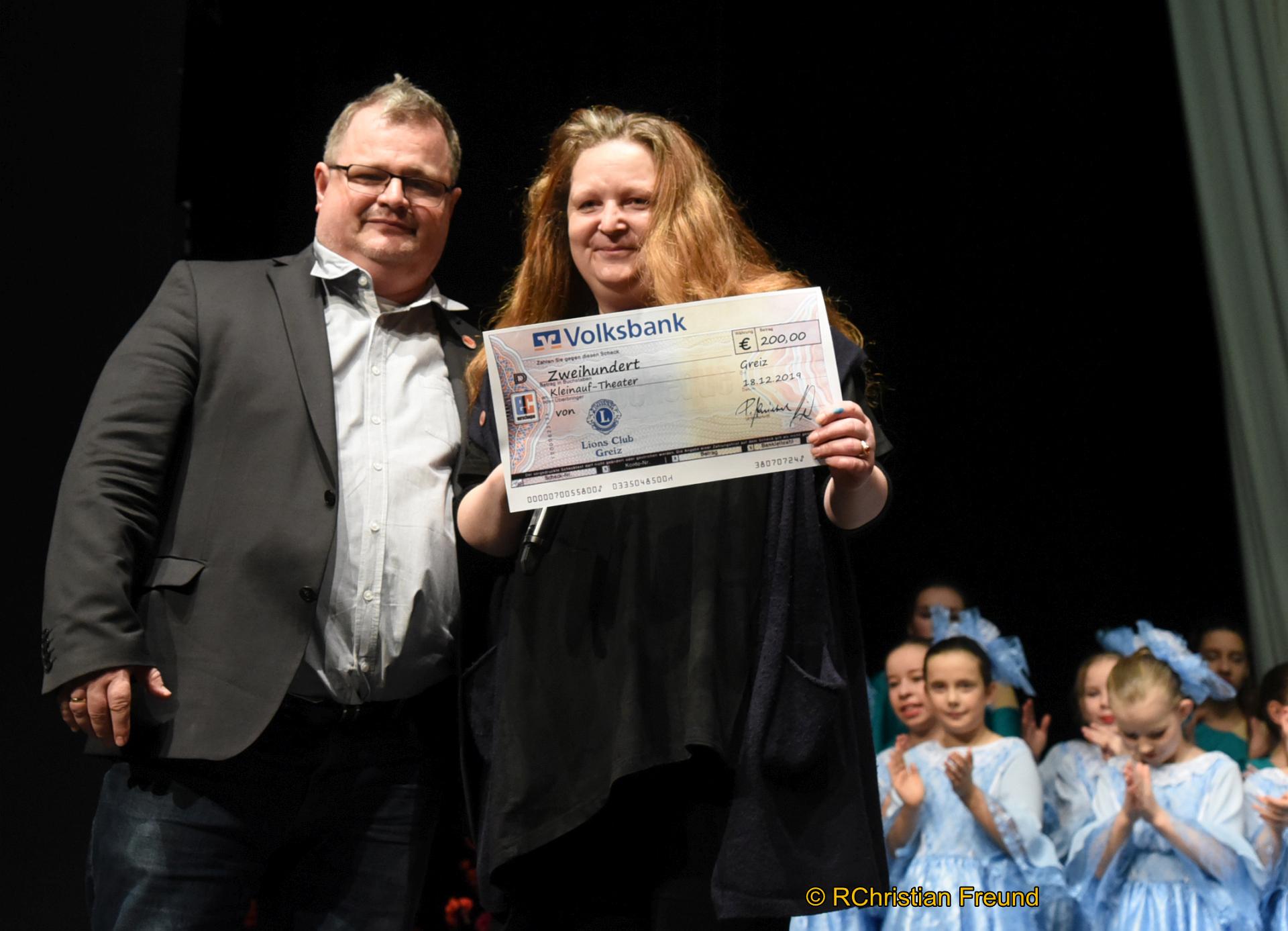 Eine Spende in Höhe von 200 Euro übergab Holger Steiniger vom Greizer Lions Club am Ende der siebenten Aufführung im Rahmen der diesjährigen Saison des traditionellen Weihnachtsmärchens an Anke Hartmann vom Kleinauf-Theater Greiz.