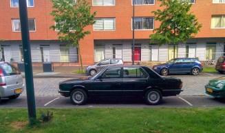 Valamiért 2 tökéletes állapotú régi 7-es BMW is lakik a szigeten