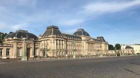 Reggel fél 7-kor még relatíve nulla turistabusz áll a brüsszeli királyi palota előtt.