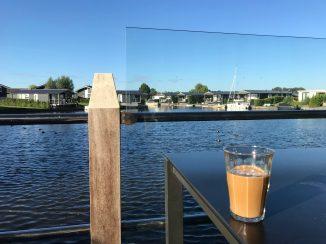 Reggeli kávé a teraszon, 2020