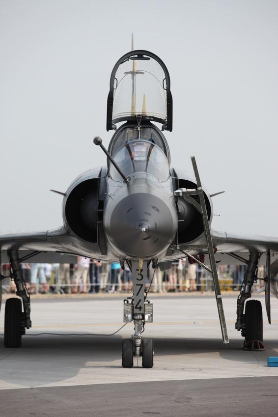 Militärflugzeug mit geöffneter Kanzel. Blick von vorn.