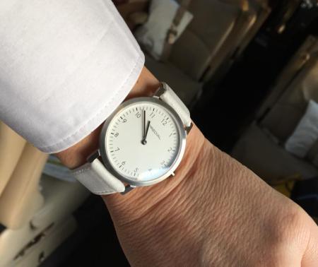 Predial Uhr im Einsatz. Edelstahlgehäuse mit weißem Zifferblatt und Lederband.