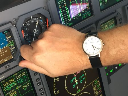 Pilot mit Predial Uhr bedient Flugzeug