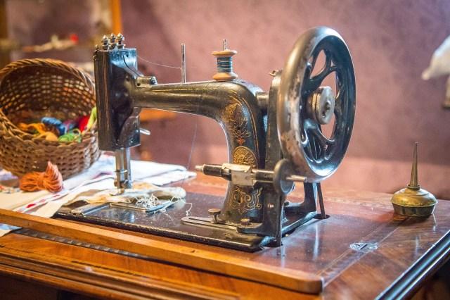sewing-machine-2060615_1920