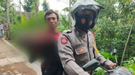 Ugal-ugalan Naik Motor di Depan Markas TNI, Pemuda Jember Ini Kena Batunya - Suara Jatim