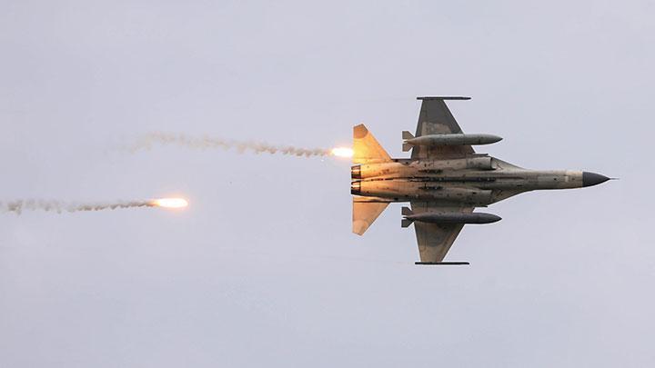 Pesawat tempur Indigenous Defense Fighters (IDF) buatan dalam negeri Taiwan mengambil bagian dalam latihan militer Han Kuang live-fire anti-pendaratan, yang mensimulasikan invasi musuh, di Taichung, Taiwan, 16 Juli 2020. Ketika Joe Biden menjadi presiden AS terpilih, Taiwan masih mennunggu kebijakan pemerintahan baru. REUTERS/Ann Wang