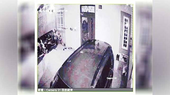 Rekaman seorang wanita dengan wajah pucat dan rambut panjang terlihat berdiri di dekat pintu di dalam rumah. Facebook
