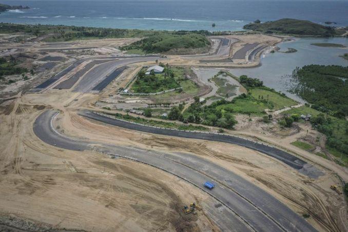 Foto udara pembangunan lintasan sirkuit proyek Mandalika International Street Circuit di Kawasan Ekonomi Khusus (KEK) Mandalika, Pujut, Praya, Lombok Tengah, Nusa Tenggara Barat, Kamis (4/3/2021). ANTARA FOTO/Aprillio Akbar