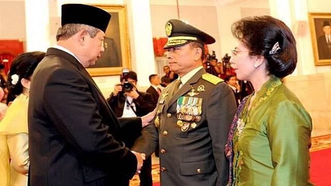 Presiden ke-6 RI SBY melantik Jenderal TNI Moeldoko sebagai Panglima TNI di Istana Negara, Jakarta pada 2013 silam. (Foto: Twitter/SBY).