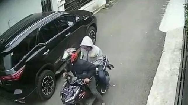 Aksi perampokan mobil dengan modus pecah kaca mobil terekam CCTV.(Instagram/@infojawabarat)