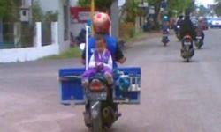 Ibu Pedagang Susu Keliling Ini Selalu Bawa Anaknya Tiap Kali Berjualan, Alasannya Sungguh Mengharukan