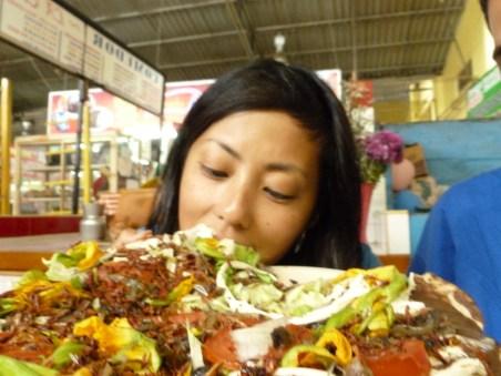 Kayaka comiendo una tlayuda con Chapulin