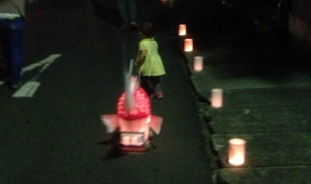 鯛の宵にて 子供がゴロゴロと音を立てて引っ張る鯛車